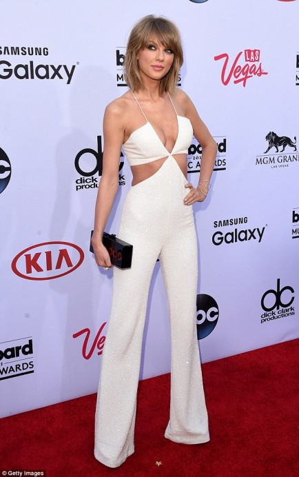 28CCE26900000578-3085773-Elegant_Taylor_Swift_looked_at_her_sartorial_best_in_a_stunning_-a-1_1431931481175
